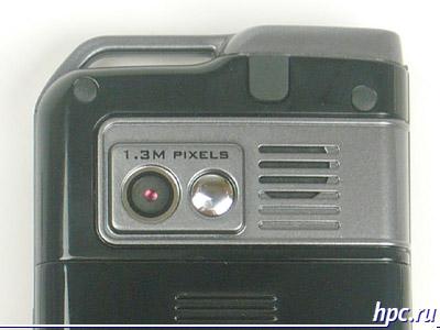 Mio A700: объектив камеры, зеркальце для автопортретной съемки, динамик и разъем для подключения внешней антенны под пластиковой крышечкой